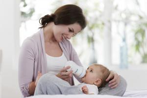 Как правильно кормить новорожденного из бутылочки