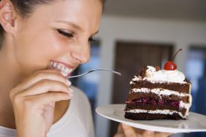 Почему организму хочется сладкого