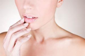 Трещины на губах: причины и лечение