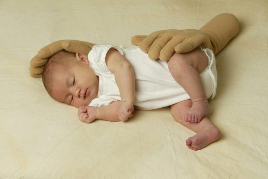 Сон новорожденного на боку